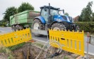 Traktor hinter Baugrube für Breitbandausbau