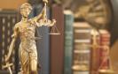 Justitia-Figur vor Gesetzbüchern