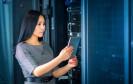IT-Service-Mitarbeitern arbeitet an einem Server