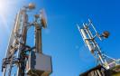 5G-Mobilfunkmasten im strahlenden Sonnenlicht