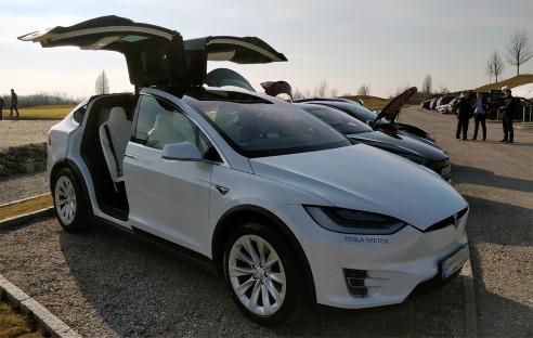 Kehrtwende bei Tesla: Läden bleiben, Preise steigen