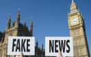 Fake-News-Schild vor Big Ben - Westminster Abbey