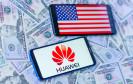 Huawei-Logo und US-Flagge auf Smartphone-Screen