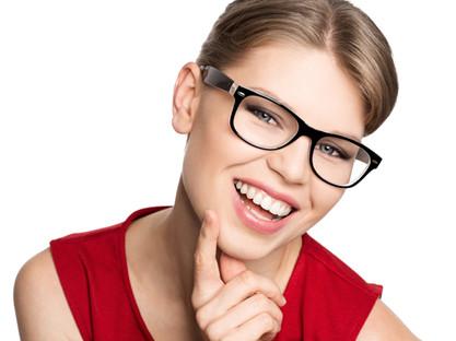 frau mit ray ban brille