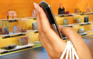 Verbraucher lassen sich eher von mobilen Geräten als vom stationären Handel beraten: 61 Prozent der Käufer ändern laut einer Tradedoubler-Studie ihr Kaufverhalten nach dem Blick aufs Handy im Laden.