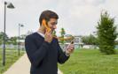 Schluss mit Telefonieren mit Knopf im Ohr als führe man Selbstgespräche – der Freisprechkopfhörer Hi-Ring zeigt deutlich, dass Sie gerade im Gespräch sind.