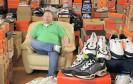 André sammelt Sneakers. Er hat davon so viele, dass die ganze Wohnung vor Turnschuhen überquillt. Für Ikea genau der richtige Kandidat, um zu zeigen, wie praktisch Billy & Co tatsächlich sind.
