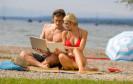 Smartphone, Tablet und Co. sind für viele auch in der Ferne ein unverzichtbarer Begleiter. Was Urlauber bei der Nutzung beachten sollten, hat das BSI in seinen Sicherheitsempfehlungen zusammengefasst.