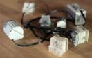 Das Kickstarter-Projekt SBrick hat einen smarten Legostein zur Steuerung komplexer Legofahrzeuge via Smartphone-App entwickelt. Befehle empfängt und sendet der smarte Stein über Bluetooth.