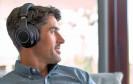Das Nobel-Headset BackBeat Pro von Plantronics blendet automatisch Störgeräusche durch sogenanntes Noise Cancelling aus. Der Bluetooth-Kopfhörer soll eine Wiedergabezeit von 24 Stunden erlauben.