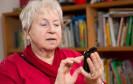 Eine Bitkom-Umfrage belegt, dass fast die Hälfte aller Senioren noch Kassettenrekorder und Schallplattenspieler nutzt. Smartphones, Tablets und Internet schneiden hingegen schlecht ab.