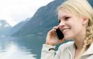 Frau mit Smartphone im Urlaub