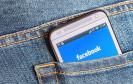 Facebook auf Handy in der Hosentasche