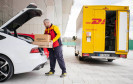 DHL-Bote liefert Paket in Kofferraum