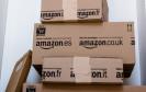 Mehrere Amazon Pakete übereinander gestapelt