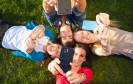 Nutzer mit verschiedenen Smartphones