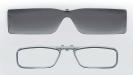 Display: Die oben abgebildeten Gläser sind vollständig transparent, sodass der Träger hindurchschauen kann. Zwei kleine Displays, je eines für das linke und das rechte Auge, erlauben eine dreidimensionale Darstellung der zusätzlichen Informationen.