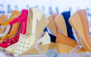 Frauen-Schuhe im Regal