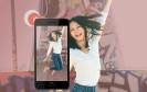 Frau mit HTC Desire 728G Dual SIM