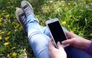 Smartphone auf der Wiese