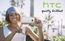 Frau mit HTC-Smartphone