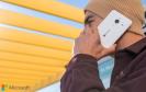 Mann mit Microsoft-Smartphone