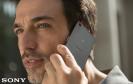 Mann mit Sony-Smartphone