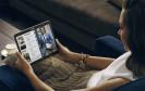 Frau mit Android-Tablet