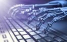 Roboter tippt auf Tastatur