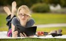 Frau liest ein E-Book