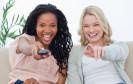 Frauen mit Fernbedienung