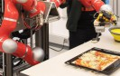 Roboter bäckt Pizza