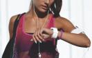 Frau trägt Fitnesstracker