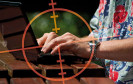 Online-Shopping liegt im Trend — ist aber nicht ganz ungefährlich: Gefälschte Online-Shops mit Schadsoftware oder E-Mails mit unseriösen Angeboten. Mit einfachen Tricks schützt man sich vor Betrügern.