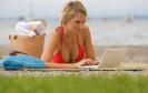 Viele Menschen wollen mittlerweile auch im Urlaub nicht auf das Internet verzichten. So schützen Sie Ihr Smartphone und Ihren Tablet-PC beim Internetsurfen im Urlaub und vor Diebstahl.