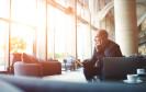 Business-Man mit Smartphone, Tablet und Laptop