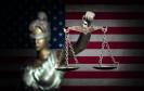 Justizia vor der US-Flagge