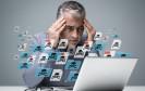 Mann vor virusverseuchtem Computer