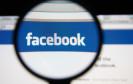 Facebook-Logo unter Lupe